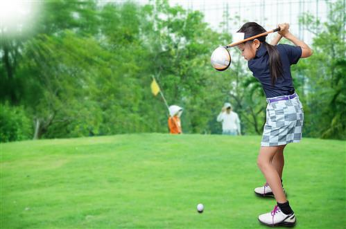 young lady teeing off